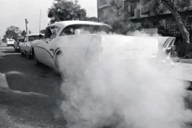 1950年代,一位洛杉矶居民正在启动他的汽车。洛杉矶环保部门表示有85%的雾霾来自汽车尾气。