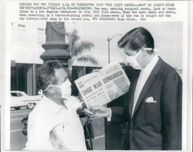 1965年美国城市街头戴口罩的市民:即使阳光明媚,雾霾依然在你周围。