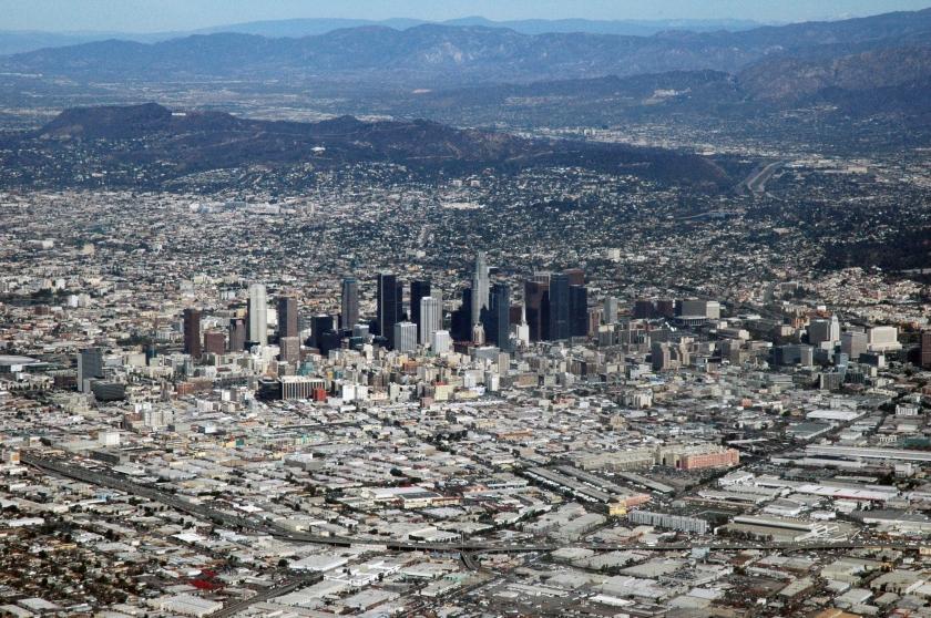 经过近40年的治理,洛杉矶的光化学烟雾污染在20 世纪80 年代以后得到很大缓解,蓝天重新回到洛杉矶上空,到1999年终于使得一级污染警报(