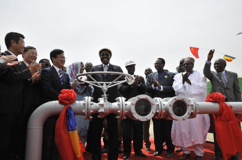 乍得共和国总统为油田开启阀门