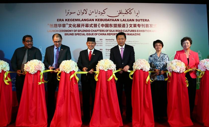 中国国务院新闻办公室副主任郭卫民(右三)、文莱文化青年与体育部部长拿督阿米鲁汀少将(左三)、中国驻文莱大使杨健(右二)、中国