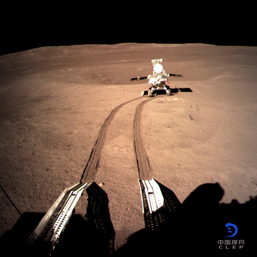 着陆器地形地貌相机拍摄的玉兔二号在A点影像图.jpg