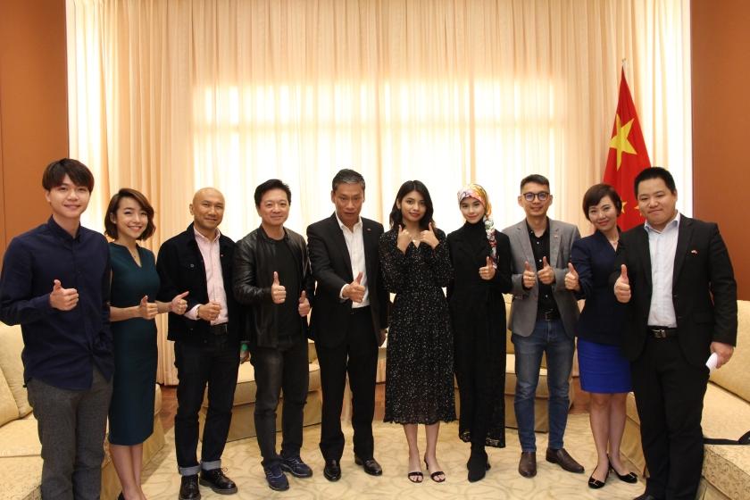 分享会上,马来西亚歌手玛莎和李佩玲现场演唱了《左肩》马来语版主题曲《Sahabat Sejati》,主创团队、微电影主要演员同媒体进行了交流。