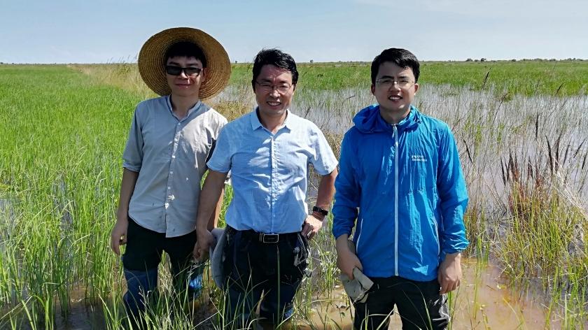 南京土壤所科研人员在柬埔寨实验基地.jpg