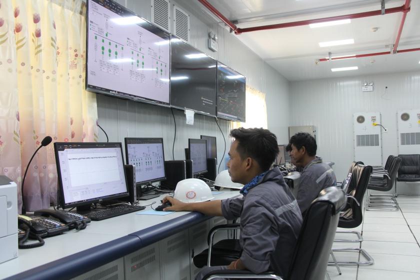 缅甸技术人员在皎喜发电厂主控室操作设备 记者孙广勇.JPG