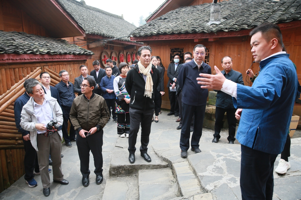 The delegation learns about a targeted poverty alleviation project at Shibadong Village.